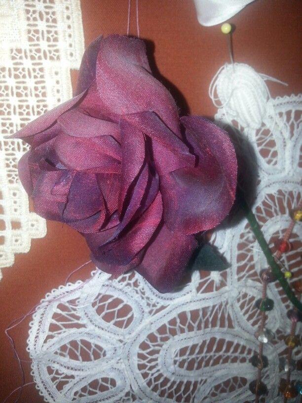 ENSAID modisteopleiding onderdeel handgemaakte bloemen: zijde roos. http//www.modevakschoolmiriamrombouts.nl