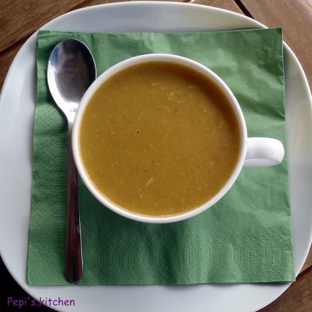 Κοτόσουπα με τζίντζερ και λαχανικά http://pepiskitchen.blogspot.com/2011/10/blog-post_29.html