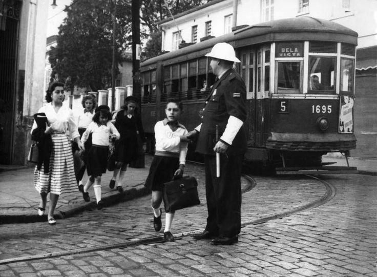 Acervo/Estadão - Bonde aguarda atravessia dos estudantesno primeiro dia de volta às aulas em fevereiro de 1960
