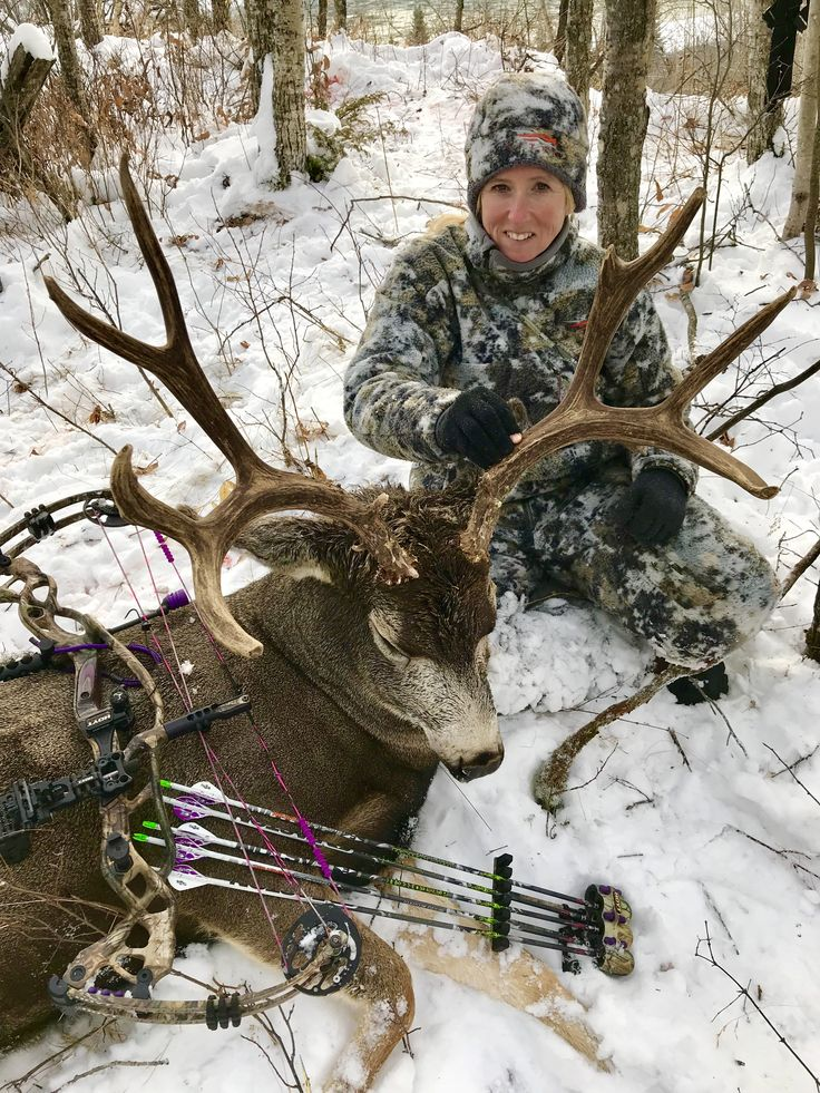 Heather Wilson with her 2017 archery mule deer. Taken with a Hoyt Carbon Defiant, Easton Da'Torch arrow and G5 Montec broadhead. #muledeer #bowhunting #womenwhohunt #GetSeriousGetHoyt @HoytBowhunting @eastonarchery @G5Outdoors