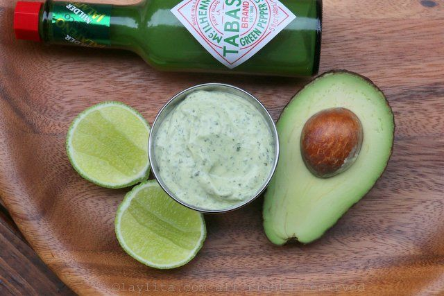 Aderezo o dip de mayonesa con aguacate y cilantro