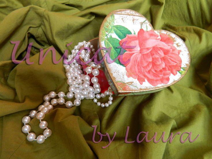 Cutie bijuterii inimioara cu trandafir (25 LEI la unicatbylaura.breslo.ro)