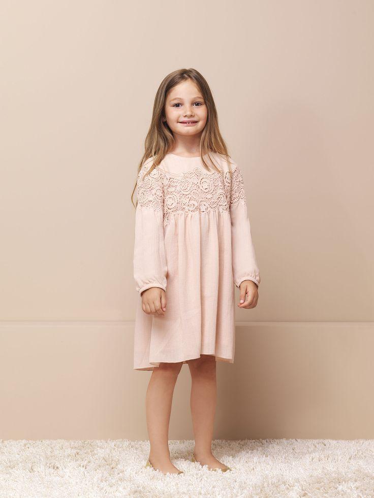 История французского бренда Chloé берет свое начало в далеком 1952 году. Имя и стиль модного дома создавали гуру модной индустрии: Карл Лагерфельт, Стелла Маккартни и Фиби Фило.  Сейчас модный дом Chloe выпускает женскую и детскую одежду, аксессуары и парфюмерию. Чудесная детская одежда с ноткам