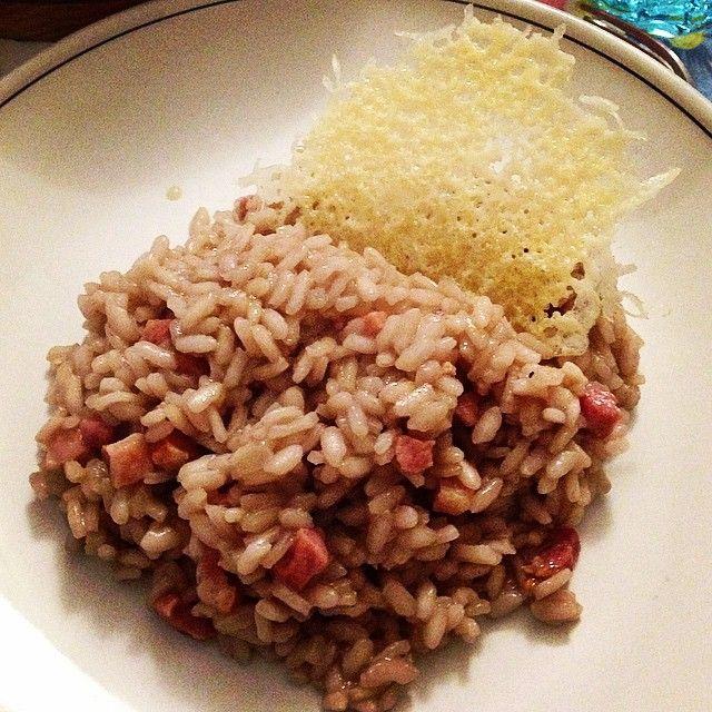 Risotto con vino rosso pancetta affumicata e cialda di formaggio Grana