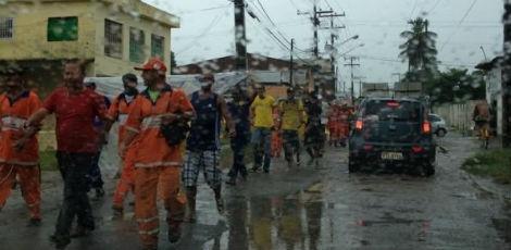 Garis de Jaboatão dos Guararapes, na Região Metropolitana do Recife, realizaram um protesto na Estrada da Curcurana, no mesmo município, no início da manhã desta terça-feira (10).