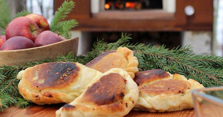 Servera prinskorvarna på nytt sätt - inbäddade i piroger tillsammans med surkål och grovkornig senap. Ernst kan konsten att trolla fram nya magiskt goda rätter!