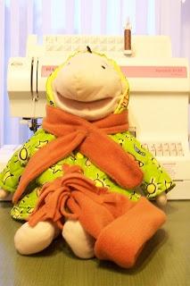 Omias maaksels: kleertjes maken voor klaspop Jules