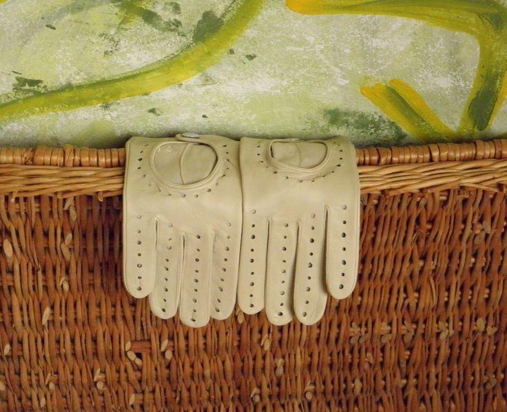 Dámské celoroční rukavice Dámské bezpodšívkové rukavice - použití nejen do auta, ale i jako luxusní módní doplněk Zvolte si správně velikost rukavic - viz. obrázek. Nyní pouze ve velikosti 7 a 7,5. Na ostatní se optejte.