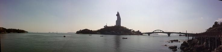 진해 명동 해양공원에 있는 솔라타워를 중심으로 하는 아름다운 바다의 균형과 불균형