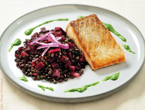 Zalm met een salade van linzen en rode biet. Smaakmaker Tine - recept: http://www.detafelvantine.be/bericht/vis-zalm-met-een-salade-van-linzen-en-rode-biet