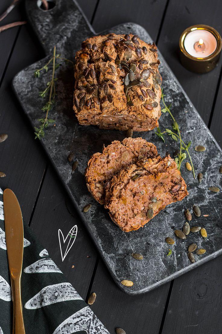 Op veler verzoek: een hartig brood! Pompoenbrood is al heerlijk zonder iets erbij, maar wordt nóg lekker met een lik pompoenhummus erbij!