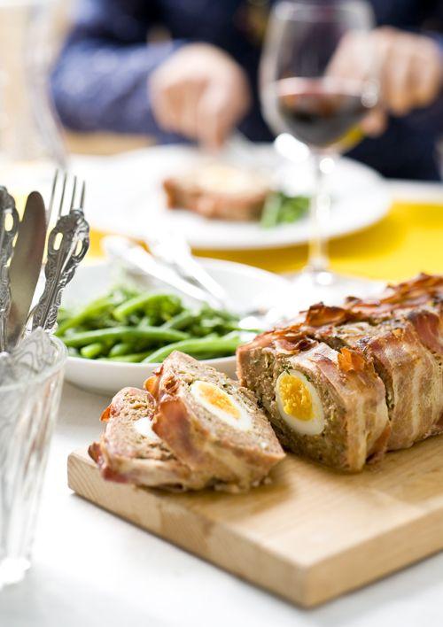Pinot Noir uit Nieuw Zeeland smaakt meestal fris, kruidig en sappig. Dat combineert goed met dit smeuïge gehaktbrood. De verse kruiden in het gehakt accentueren de kruidigheid van de wijn. Zoete t...