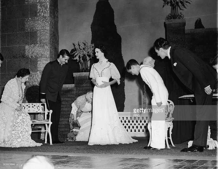 American heiress and actress Gloria Vanderbilt (center) walks on stage to take a curtain call after her stage debut in Molnar's 'The Swan,' Mountainhome, Pennsylvania, August 17, 1954. The rest of the cast bow as she walks on; from left, Jean Cobb, John Morely, Olive Templeton, Vanderbilt, two unidentifed cast members, and Peter Donat.