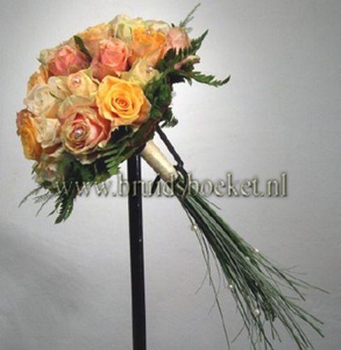 B0698 Bruidsboeket biedermeier met oranje rozen en parels