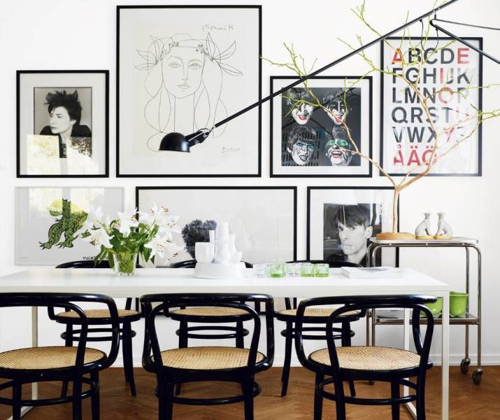 Hanging pictures in a way that it looks harmonic are really difficult. On this picture wall a line goes in the middle and all the paintings also have the same kind of expression and no one is stealing the show but still they are all very interesting. What a balance act!