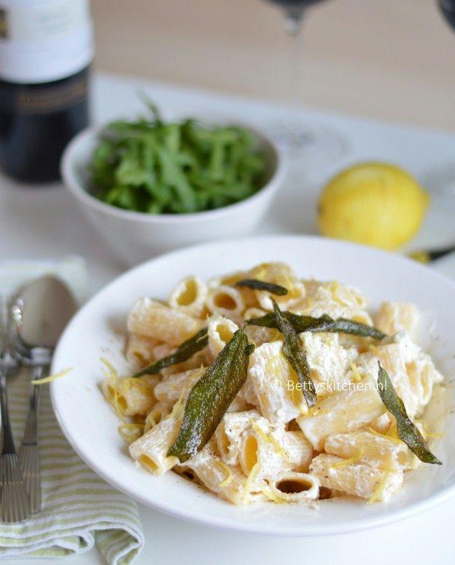 Recept: Pasta con tre fromaggi!  Dit recept van Donna Hay is Fresh, Fast and Simple! Pasta met drie kazen en salieboter.