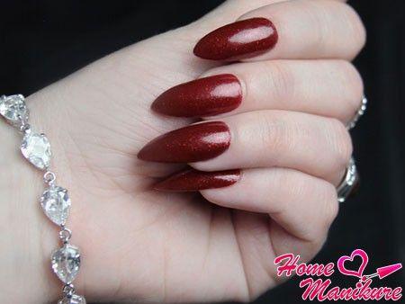 натуральные длинные ногти винного оттенка