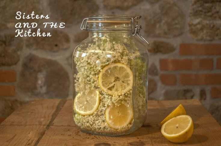 Sciroppo di sambuco: fresco, dolce e dissetante. Comodo da tenere in frigo e adatto da consumarsi come bibita fresca estiva.