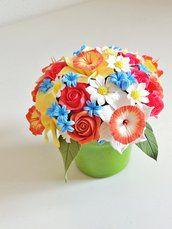 Composizione floreale di argilla polimerica giapponese Decoclay fatta a mano.
