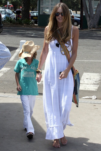 Elle McPherson, take a walk with a long white dress and ethnic accessories