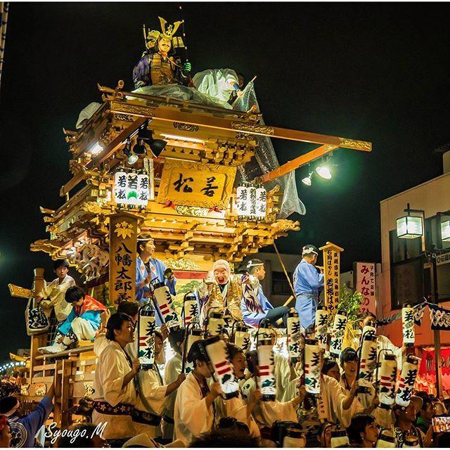 Instagram【syougo0728】さんの写真をピンしています。 《2016年9月17日 〈茨城県 Ibaraki 石岡市 Ishioka〉 ・石岡のおまつり(常陸國總社宮大祭) ・Ishioka Festival  大した写真ではありませんが、一枚ぐらいは山車の全景を . 基本的に山車は綱で引かれながら街中を走り回りますが、石岡駅前やメインストリート、各町の会所前では山車を止めてお囃子を披露します。その際山車の前には通称「おっしゃい隊」と呼ばれる町の女性たちが並び、「おっしゃい、おっしゃい、おっしゃいな~」と元気な掛け声を行います。これが山車が2台も3台並んだ状態で行われると物凄い迫力ですよ✨また、踊り手達を乗せたまま台車より上の可動部をグルグルと回転させる「ぶん回し」もなかなか凄かったです . 山車の最上部には各町ごとに歴史上・伝説上の英雄をモデルにした山車人形が飾られ、山車に華を添えています。写真の若松町は八幡太郎(源義家)ですね ちなみにこの際に他の町も紹介してみますと… 若松町→八幡太郎 青木町→神武天皇 金丸町→弁財天 中町→日本武尊 國分町→仁徳天皇…