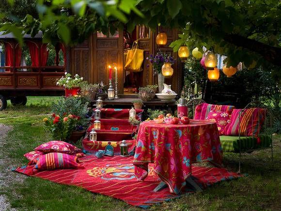 bunte stoffe im ethno look kerzen und laternenlicht sowie farbenfrohe blumen lassen dieses. Black Bedroom Furniture Sets. Home Design Ideas