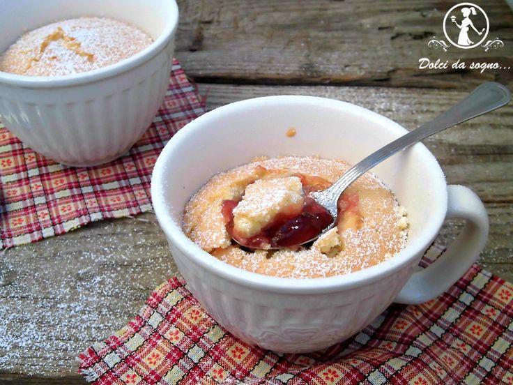 Tortine in tazza con marmellata, non la solita mug cake da cuocere nel forno a microonde, piuttosto un grande muffin cotto  all'interno delle tazze da tè, un modo insolito e carino per offrire un dolce.