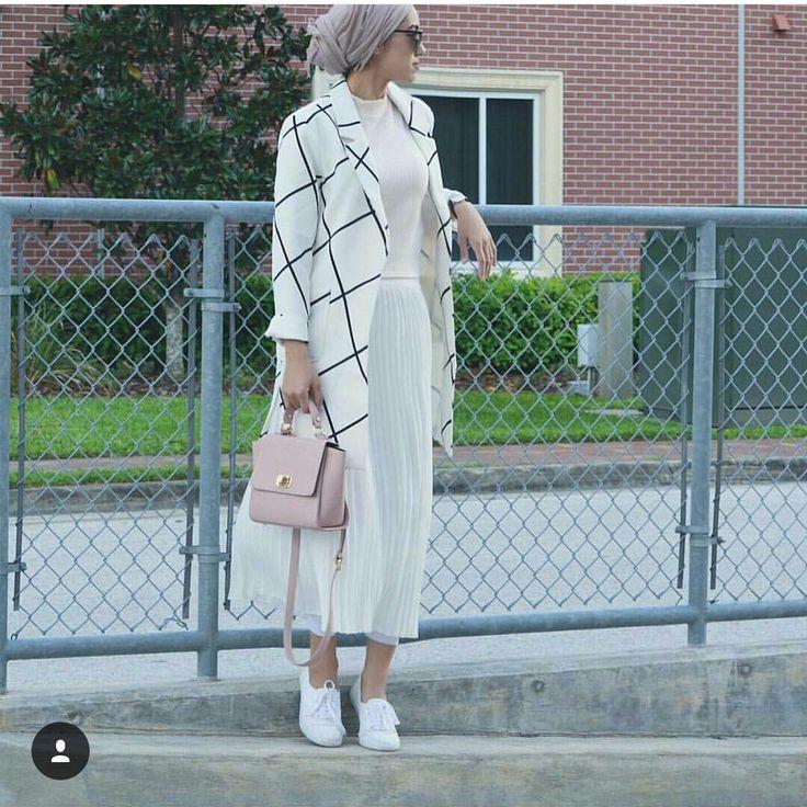 Veste longue à rayures body blanc jupe plissé blanche sport