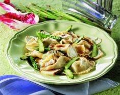 Ravioli con pesto, asparagi e ricotta affumicata