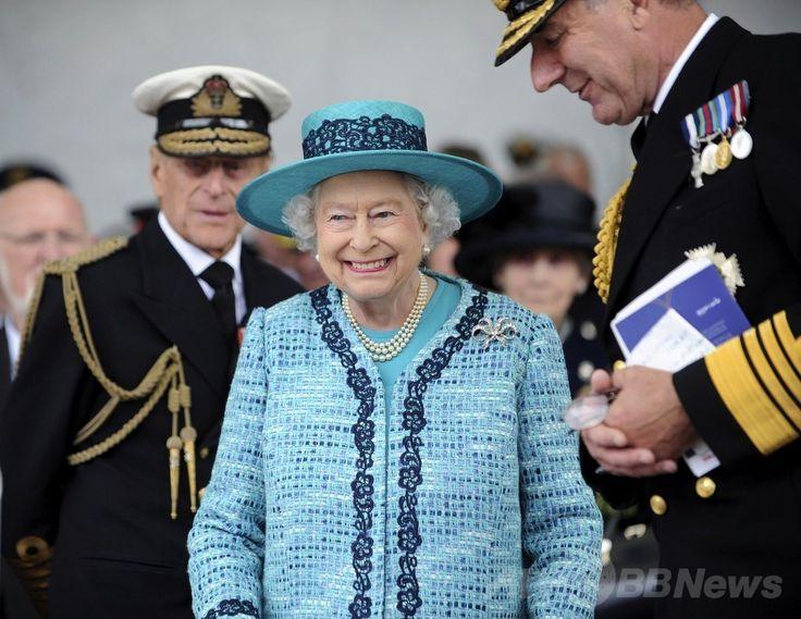英国最大の軍艦となる新空母「クイーン・エリザベス(HMS Queen Elizabeth)」の命名式に出席するため英スコットランド(Scotland)のロサイス造船所(Rosyth Dockyard)に到着したエリザベス女王(Queen Elizabeth、中央)と夫のフィリップ殿下(Prince Philip、左、2014年7月4日撮影)。(c)AFP/CROWN COPYRIGHT/MOD 2014/THOMAS TAM MCDONALD ▼5Jul2014AFP 英女王、新空母に命名「クイーン・エリザベス」 英海軍最大 http://www.afpbb.com/articles/-/3019751 #Queen_Elizabeth_II