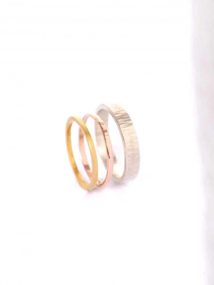 Moderne trouwringen in roze goud, geel goud en wit goud.