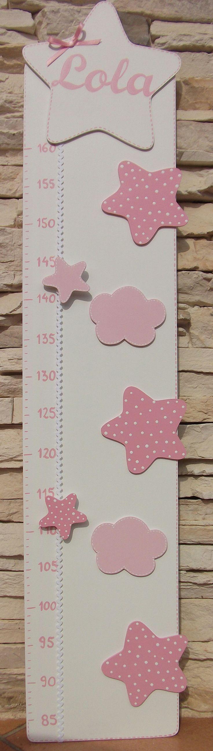 Medidor rosa y blanco con estrellas y nubes. Personalizado con el nombre del bebé.