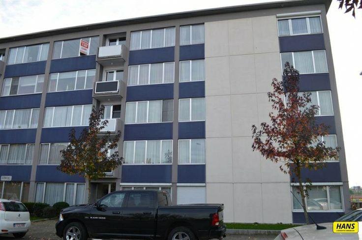 Appartement te koop in Borgerhout - 2 slaapkamers - 75m² - 129 900 € - Logic-immo.be - Leuk en gezellig appartement met 2 slaapkamers en een klein terrasje.  Dit appartement bestaat uit een zonnige living op blokjesparket met zicht op de luchthaven en aansluitend een geïnstalleerde keuk...