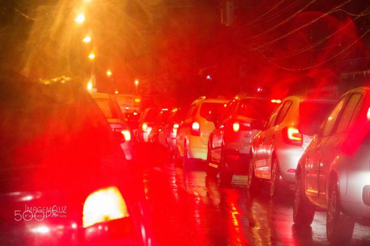 Luzes da Cidade - Cores e luzes da cidade a noite com chuva.