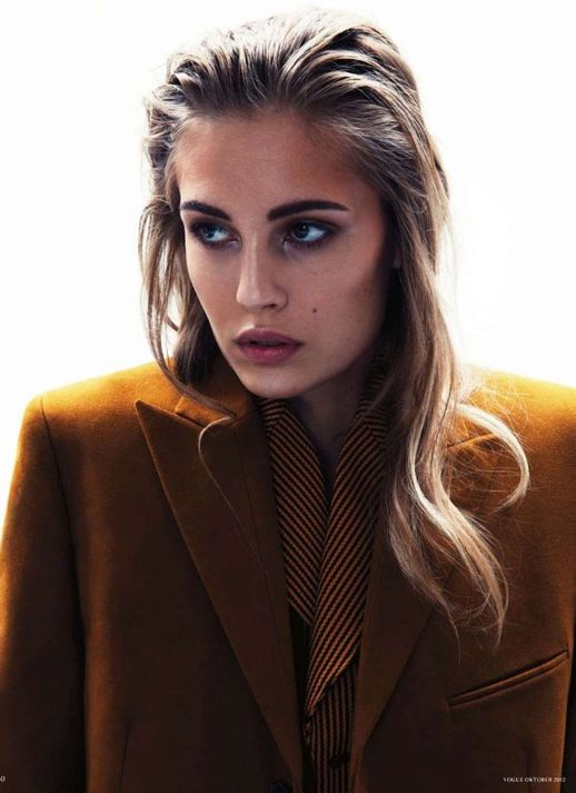LE FASHION BLOG VOGUE GERMANY EDITORIAL Knoepfel Indlekofer Nicola Knels Nadja Bender CHIC MINIMAL CASUAL FRENCH EASY WET HAIR MUSTARD BROWN SUIT BLAZER JACKET STRIPE BLOUSE THICK EYEBROWS BEAUTY 1
