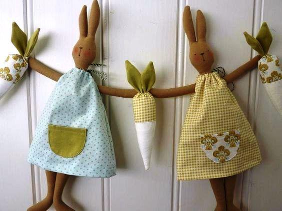 DE MÃOS DADAS   Super criativa essa ideia para usar os coelhos na decoração da casa. Vamos fazer? Capriche nos tecidos para as roupinhas! #inspiracao #decoracao #pascoa #DIY #SpenglerDecor
