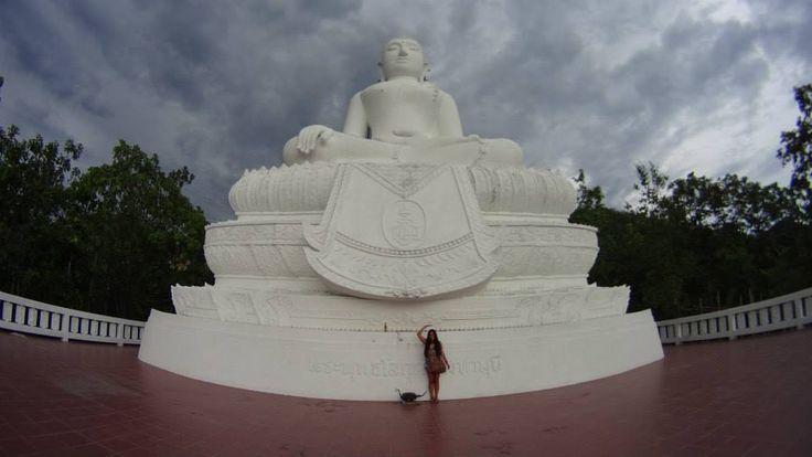 Daniela junto al Buda gigante de Pai