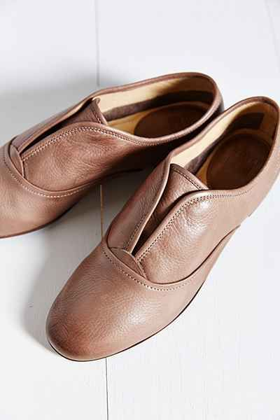 Ive never wanted a pair of shoes so much more than these. They take me to  wonderful child hood memories. Urban Outfitters / FRYE JILLIAN SLIP-ON  OXFORD Size ...