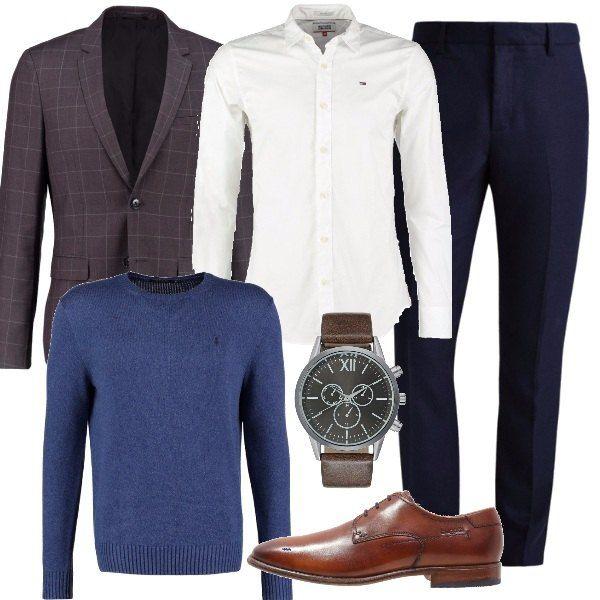 Un look adatto all'ufficio senza per forza usare la cravatta. Pantaloni blu scuro, camicia bianca, pullover blu e giacca grigia. Scarpa stringata classica marrone.