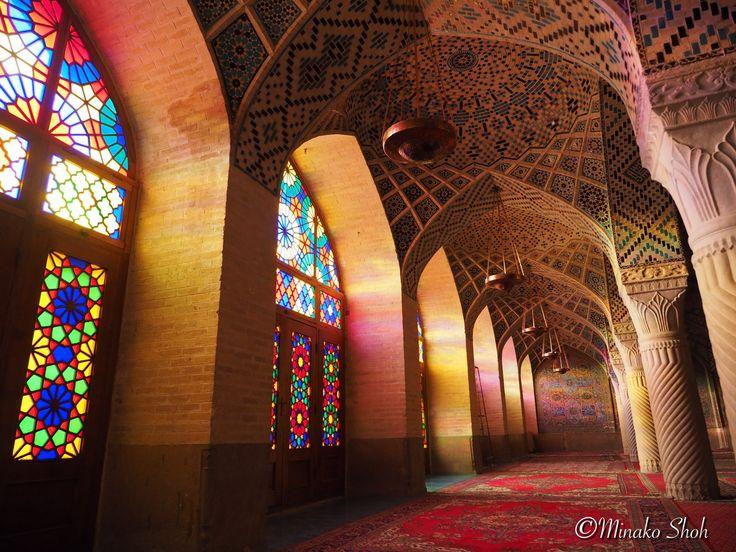 Karim Khan Citadel Masjed-e Vakil Tomb of Hafez Eram Garden Masjed e Nasir ol Molk (Pink Mosque) Shiraz, Iran December 2015, Olympus OM-D E-M1 イランの古都、シーラーズに女一人旅で訪れました。 イランでは外国人(異教徒)の女性にも、法律によりヘジャブ(…