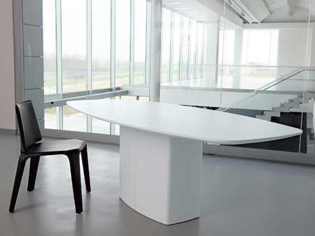 MESA PUESTA. La mesa Neutra, de Akrodis, tiene el sobre de fibra, rechapada en mu-kali formando aguas contrapuestas. El bastidor y las patas son de haya maciza.