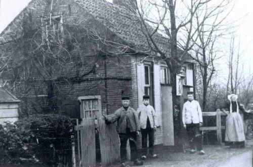 De familie Woudenberg bij het tolhuis van Stoutenburg.