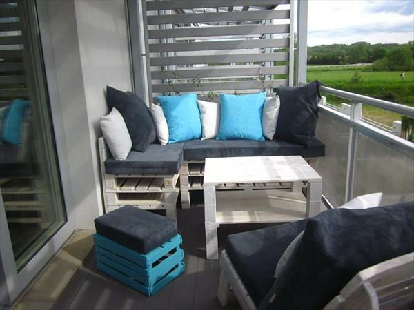 wunderbare graue eckbank mit kissen auf dem balkon. Black Bedroom Furniture Sets. Home Design Ideas