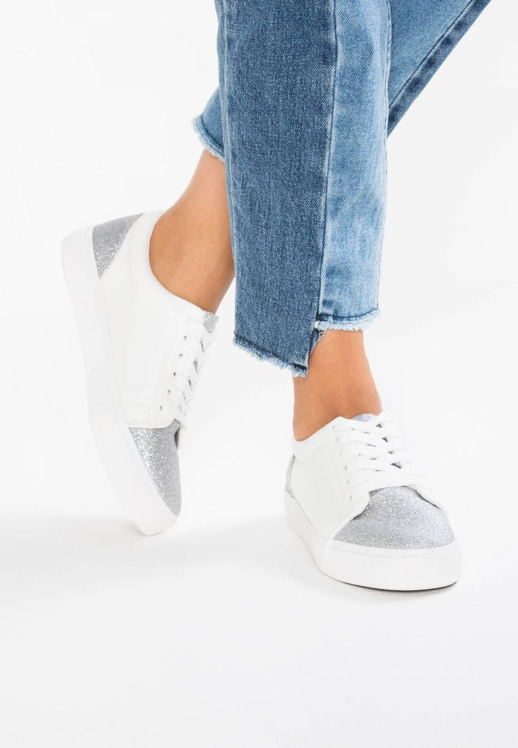 New Look. MUDDLE - Trainers - white. Sole:synthetics. Padding type:Cold padding. Shoe tip:round. Heel type:flat. Lining:textile. shoe fastener:laces. Fabric:Synthetic leather. upper material:high-quality imitation leather. Insole:textile