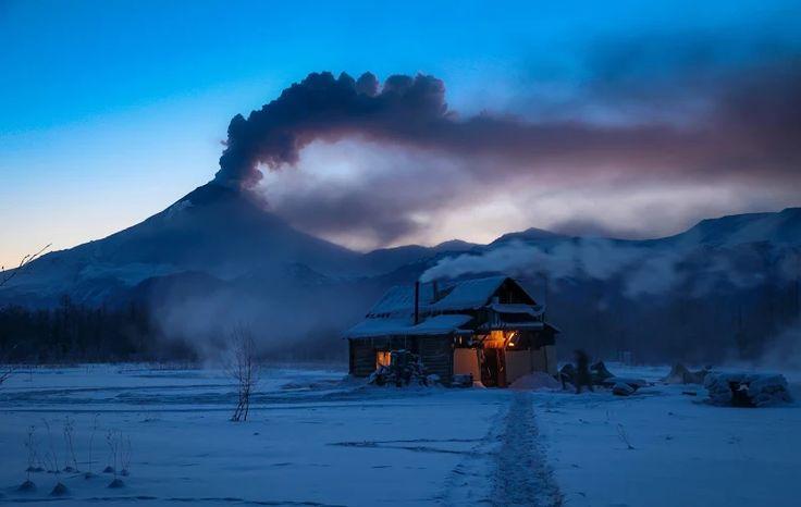 Рассвет. Извергающийся вулкан Кизимен.