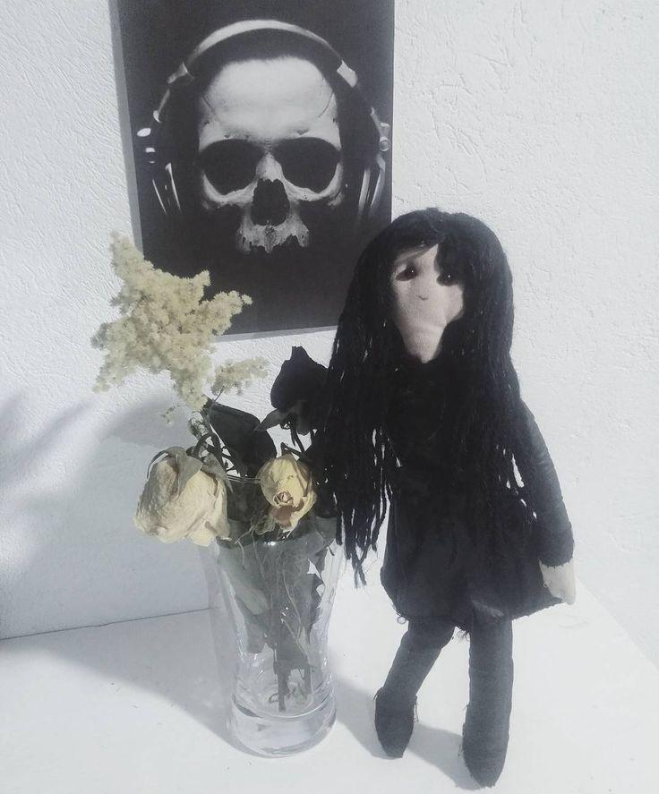 Muñeca de trapo para decorar al estilo gótico y oscuro. Fondo de calavera escuchando música. #doll #dark #darkness #black #goth #gothic #roses #skull