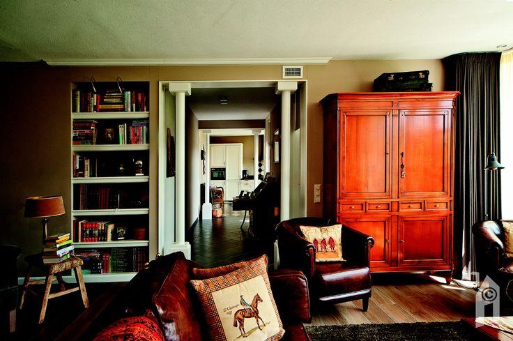 Doorzicht vanuit de woonkamer naar de hal en woonkeuken.