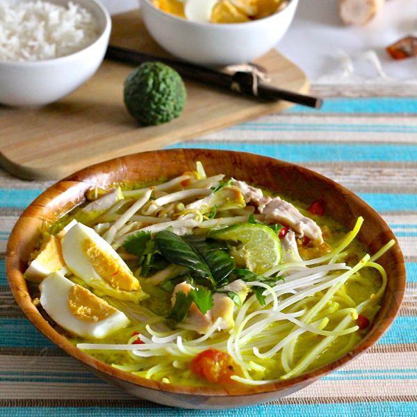 Le soto ayam est une soupe traditionnelle indonésienne délicieusement parfumée, servie également en Malaisie, à Singapour et au Suriname.