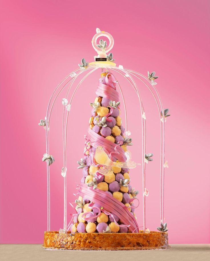 J'aime le côté fait maison du nappage et la poésie du ruban de guimauve... Faisable à la main ? Pièce montée - Dalloyau  #wedding #mariage #cake