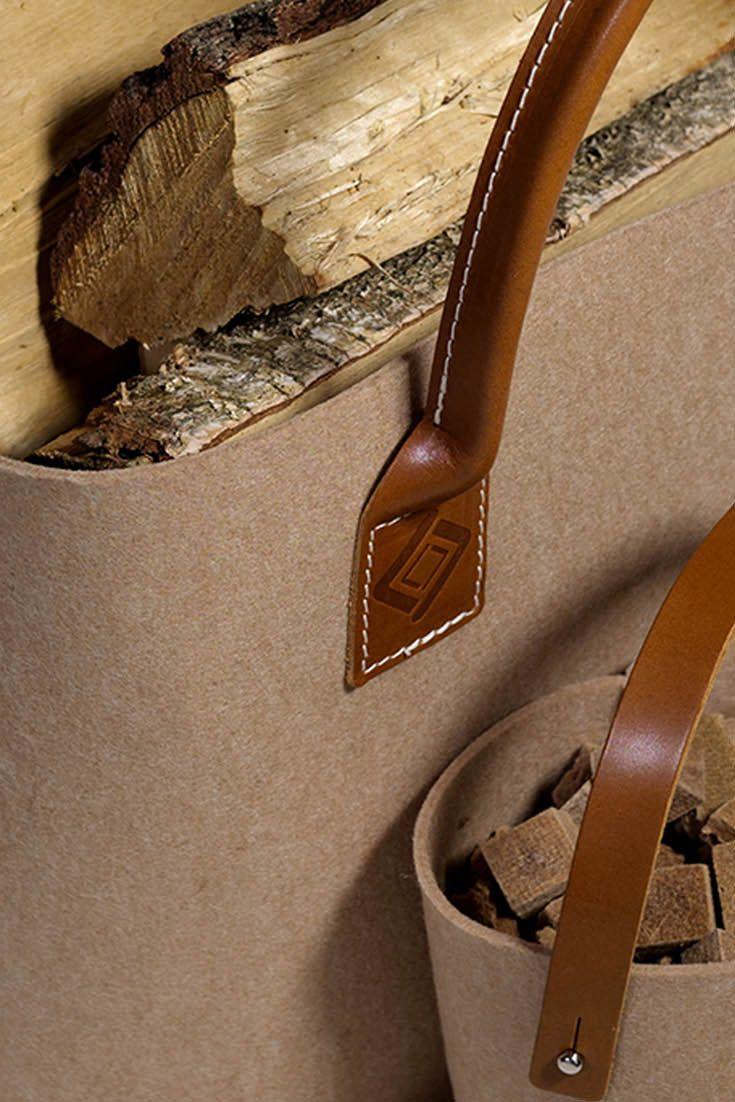Een combinatie van de Harrie Leenders Tass XL en Tass XS voor uw brandhout en aanmaakhout en aanmaakblokjes. Een kleine Tass voor uw lucifers en aanmaakblokjes en een grote Tass voor brandhout.   De Harrie Leenders Tass heeft de uitstraling van vilt, echter duurzaam gemaakt van gereclyclede petflessen. Mooi leren handvatten en handig in gebruik. Harrie Leenders Tass (zowel groot als klein) is verkrijgbaar in 5 verschillende kleuren.